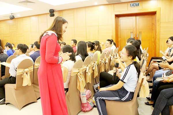 TS Phạm Thị Thúy chia sẻ tại Lời vàng cho con