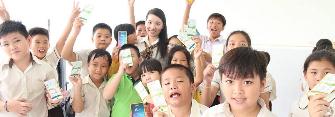 Cô Thuỳ và học sinh cùng trải nghiệm Vườn Tâm Hồn